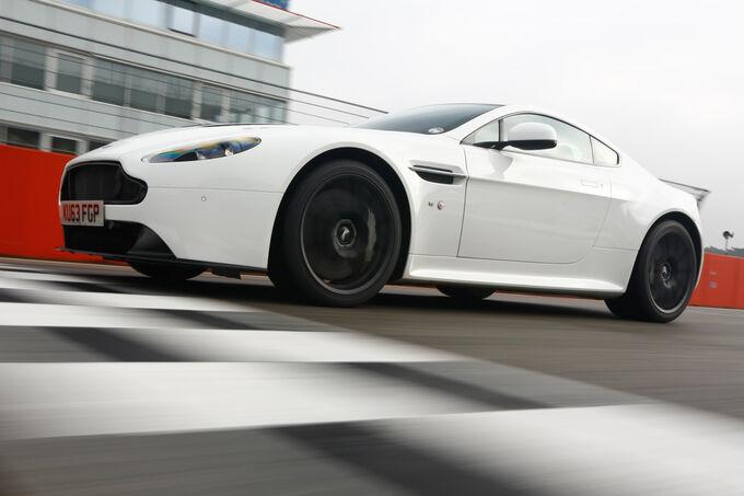 Aston Martin V12 Vantage S, Side view