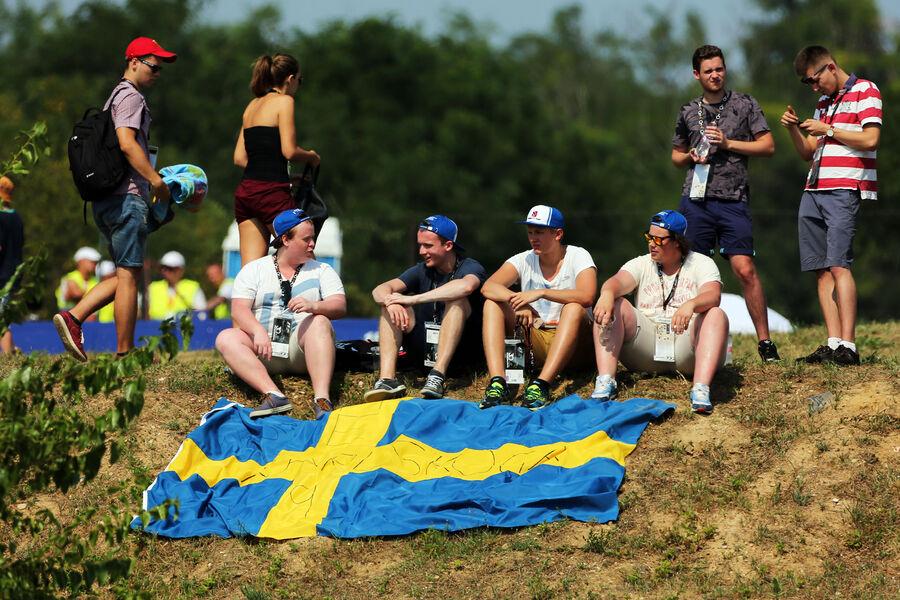 [Imagen: Fans-GP-Ungarn-Budapest-Freitag-24-7-201...885065.jpg]