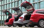 Ford Focus Turnier 1.6 Ecoboost Titanium, Opel Astra Sp.Tourer 1.4 Turbo Innovation, Peugot 308 SW 155 THP Allure, alle Fahrzeuge, Heckklappe offen, Heck