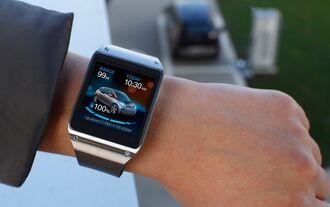 Mit Samsungs Smartwatch lassen sich Fahrzeugfunktionen vom Handgelenk aus steuern.