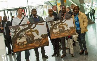 Studenten der TU München und aus Nigeria zeigen nach der Mittagspause Mobilitätsmöglichkeiten für Subsahara-Afrika.