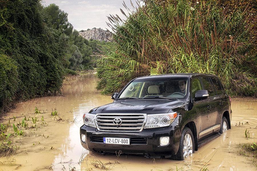 toyota land cruiser v8 2012 der neue luxus cruiser startet auto motor und sport. Black Bedroom Furniture Sets. Home Design Ideas