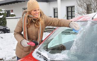 Winter - Eiskratzen - Auto - Scheibe